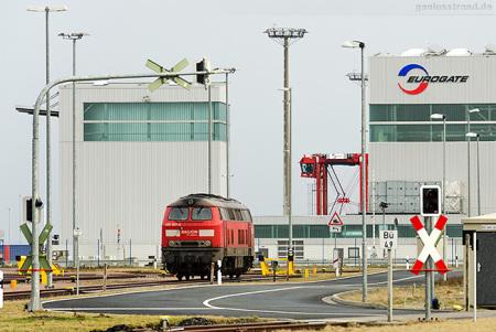 JadeWeserPort: Diesellok (225 027-2) auf der 16-gleisigen Vorstellgruppe
