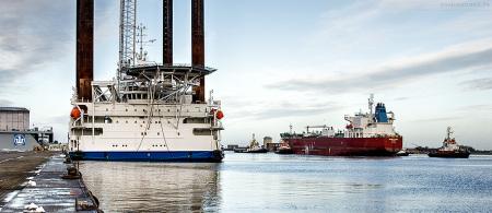 Havarist SILVER CARLA wird in die Werft nach Hamburg geschleppt, daneben das Offshore-Errichterschiff THOR (L 93 m)