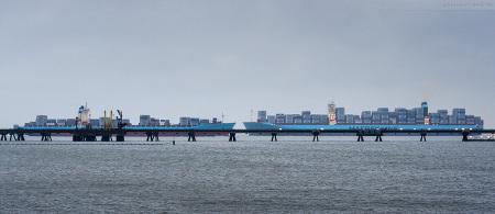 Wilhelmshaven JadeWeserPort: Größenvergleich MAERSK KOKURA (links) und MATZ MAERSK (rechts) Triple-E-Klasse
