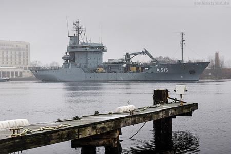 Wilhelmshaven: Tender MAIN (A 515) fährt Schleife im Großen Hafen