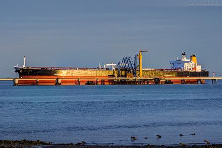 Wilhelmshaven: Tanker ROMANTIC (L 274 m) an der NWO-Löschbrücke
