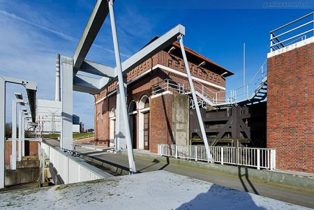 Wilhelmshaven Maadesiel: Seeschleuse mit Mündungsschöpfwerk
