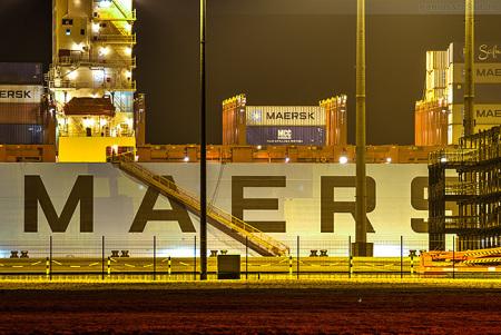 JadeWeserPort Nachtaufnahme: MAERSK EVORA (Maersk-Edinburgh-Klasse)