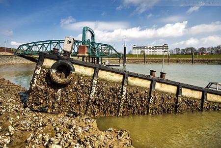Nassauhafen: Ponton der Nassau Brücke untergegangen und gebrochen