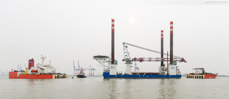 WILHELMSHAVEN: Offshore-Errichterschiff FRIEDRICH ERNESTINE (L 121 m) wurde bereits in die ZHEN HUA 29 (L 245 m) eingeschwommen