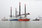 WILHELMSHAVEN: Offshore-Errichterschiff auf der Jade verladen