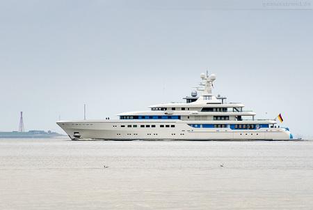 Wilhelmshaven: Luxusyacht DARTWO von Abeking & Rasmussen auf der Jade