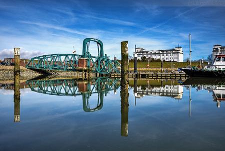 WILHELMSHAVEN: Spiegelung im Nassauhafen mit Nassaubrücke