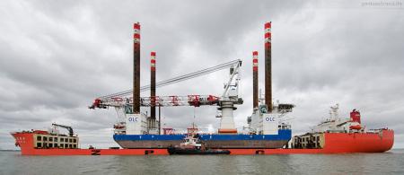 Wilhelmshaven Reede Voslapp: Die Ladung des Spezialtransportschiff ZHEN HUA 29 wird gelascht