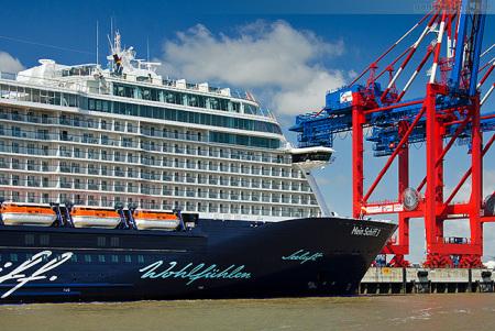 Kreuzfahrtschiff MEIN SCHIFF 4 bald am JadeWeserPort in Wilhelmshaven