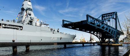Wilhelmshaven Entmagnetisierungsschleife: Fregatte SACHSEN (F 219) beim Schleife fahren im Großen Hafen