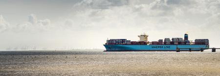 Kommend vom JadeWeserPort fährt die MAERSK EMDEN den MSC Gate in Bremerhaven an