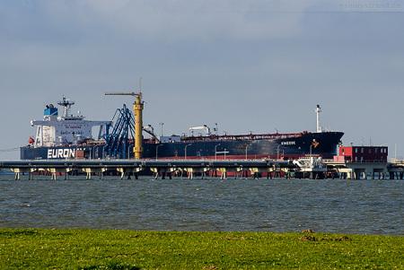 Wilhelmshaven NWO: Tanker FINESSE löscht 50.000 t Öl