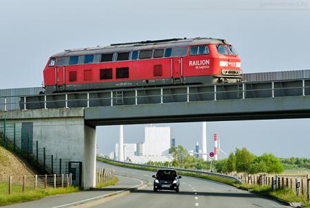 Wilhelmshaven: Diesellok 225 027-2 auf dem Weg zum JadeWeserPort