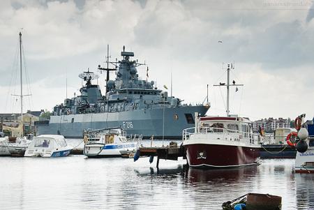 Wilhelmshaven: Fregatte SCHLESWIG-HOLSTEIN (F 216) fährt Schleife