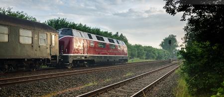 Dampflok 012 066-7 kommend aus Wilhelmshaven mit Diesellok V 200 033 am Ende (Ulmer Eisenbahnfreunde)