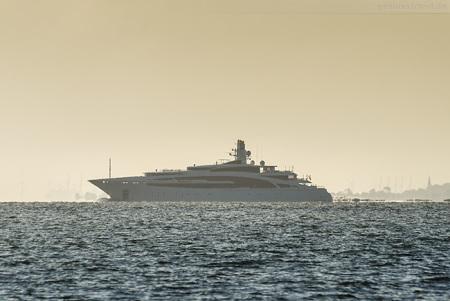 Wilhelmshaven: Luxusyacht IDYNASTY (L 101 m) auf der Jade unterwegs