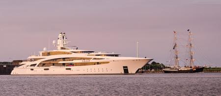 Wilhelmshaven Nordhafen: Größenvergleich Luxusyacht IDYNASTY (L 101 m) und Segelschiff MERCEDES (L 50 m)