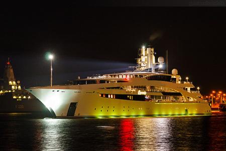 Nachtaufnahme der Luxusyacht IDYNASTY im Nordhafen von Wilhelmshaven