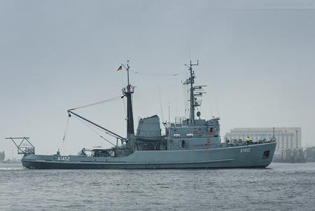 Wilhelmshaven: Seeschlepper SPIEKEROOG (A 1452) beim Schleife fahren
