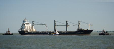 Wilhelmshaven: Havarist PURPLE BEACH wurde in den Innenhafen geschleppt