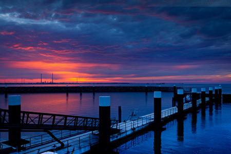 Wilhelmshaven: Sonnenuntergang im Servicehafen JadeWeserPort