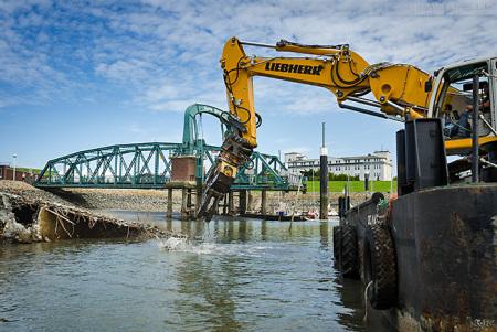 Wilhelmshaven Nassauhafen: Bergungsarbeiten am gesunkenen Ponton