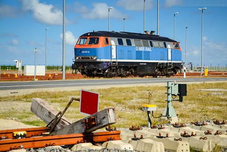 Wilhelmshaven: Diesellok auf Vorstellgruppe JadeWeserPort