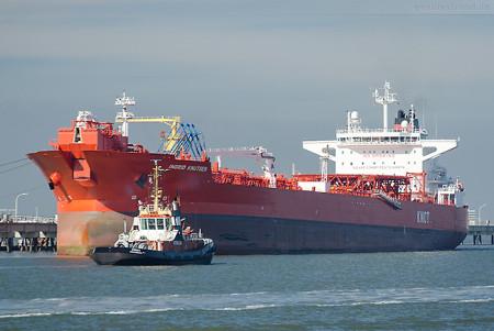 Wilhelmshaven: Tanker INGRID KNUTSEN () löschte fast 100.000 t Öl