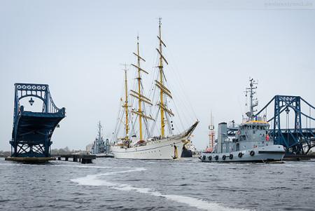 WILHELMSHAVEN: Die GORCH FOCK wird in das Marinearsenal bugsiert