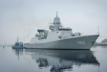 Wilhelmshaven: Fregatte HNLMS TROMP (F 803) im Großen Hafen