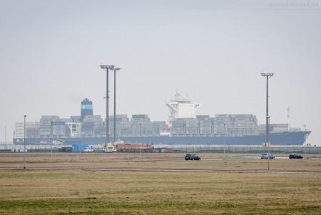 Schiffsankunft Jade-Weser-Port: Containerschiff MAERSK SIRAC (L 300 m)