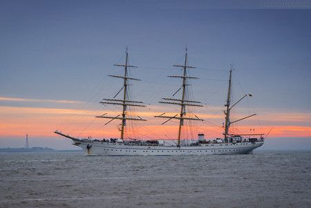 Wilhelmshaven: GORCH FOCK (L 89 m) in die Elsflether Werft unterwegs