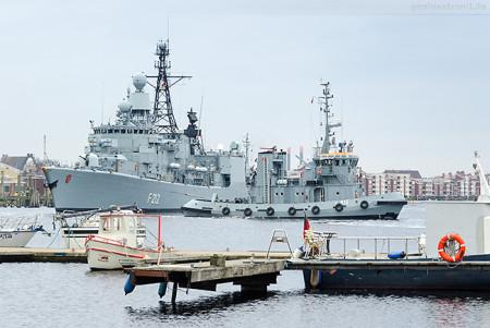 Wilhelmshaven: Fregatte KARLSRUHE (F 212) fährt Schleife im Großen Hafen