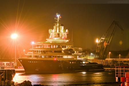 Luxusyacht LUNA (L 114 m) am Nordwestkai in Wilhelmshaven