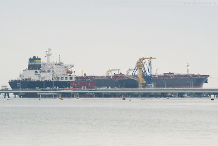 Wilhelmshaven Ölhafen: Tanker VENICE (L 245 m) an der Löschbrücke