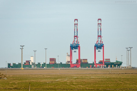 JadeWeserPort Wilhelmshaven: Containerschiff SONCHE TRADER (L 294 m)