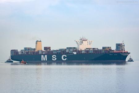 JADEWESERPORT: Größtes Containerschiff der Welt MSC ZOE (L 395 m)