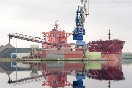 Wilhelmshaven Braunschweigkai: Bulk Carrier YEOMAN BRIDGE (L 250 m)