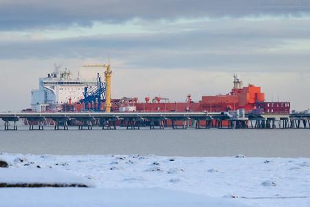 Wilhelmshaven: Tanker EAGLE BARENTS (L 276 m) an der NWO-Löschbrücke
