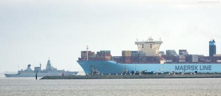 JADEWESERPORT: Größenvergleich Containerschiff MERETE MAERSK (L 399 m) und Fregatte SACHSEN (L 143 m)