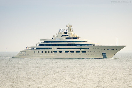 Wilhelmshaven: Luxusyacht OMAR (L 156 m), viertgrößte Luxusyacht der Welt