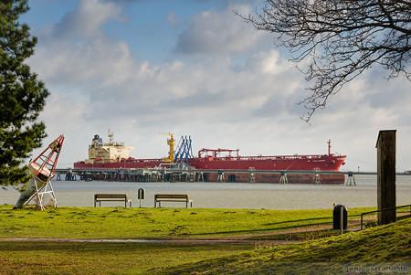 Tanker NS CHALLENGER (L 244 m) löscht fast 100.000 t Öl an der NWO