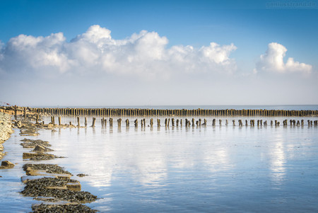 Wilhelmshaven: Die Buhnen im Banter Watt bei Ebbe fotografiert