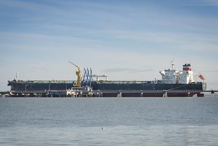 Wilhelmshaven: Tanker ACE liegt am Anleger Nr. 1 der NWO-Löschbrücke