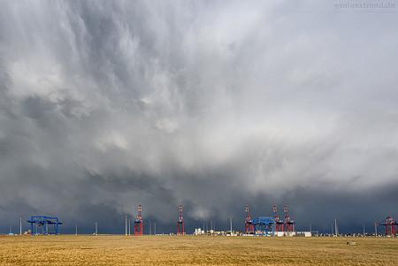 Riesige Regenzelle zog über den JadeWeserPort Richtung Bremerhaven ab