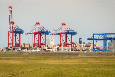 Containerschiff MAERSK SKARSTIND (L 300 m) am JadeWeserPort