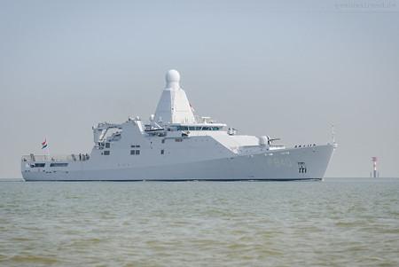 Wilhelmshaven: HNLMS HOLLAND (P840) auf dem Weg zur Seeschleuse