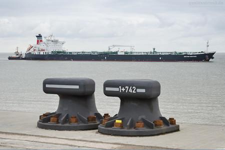 Wilhelmshaven: Tanker BRITISH KESTREL (L 252 m) einlaufend NWO