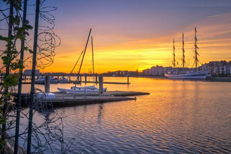 WILHELMSHAVEN: Sonnenuntergang im Großen Hafen mit der MIR (L 110 m)